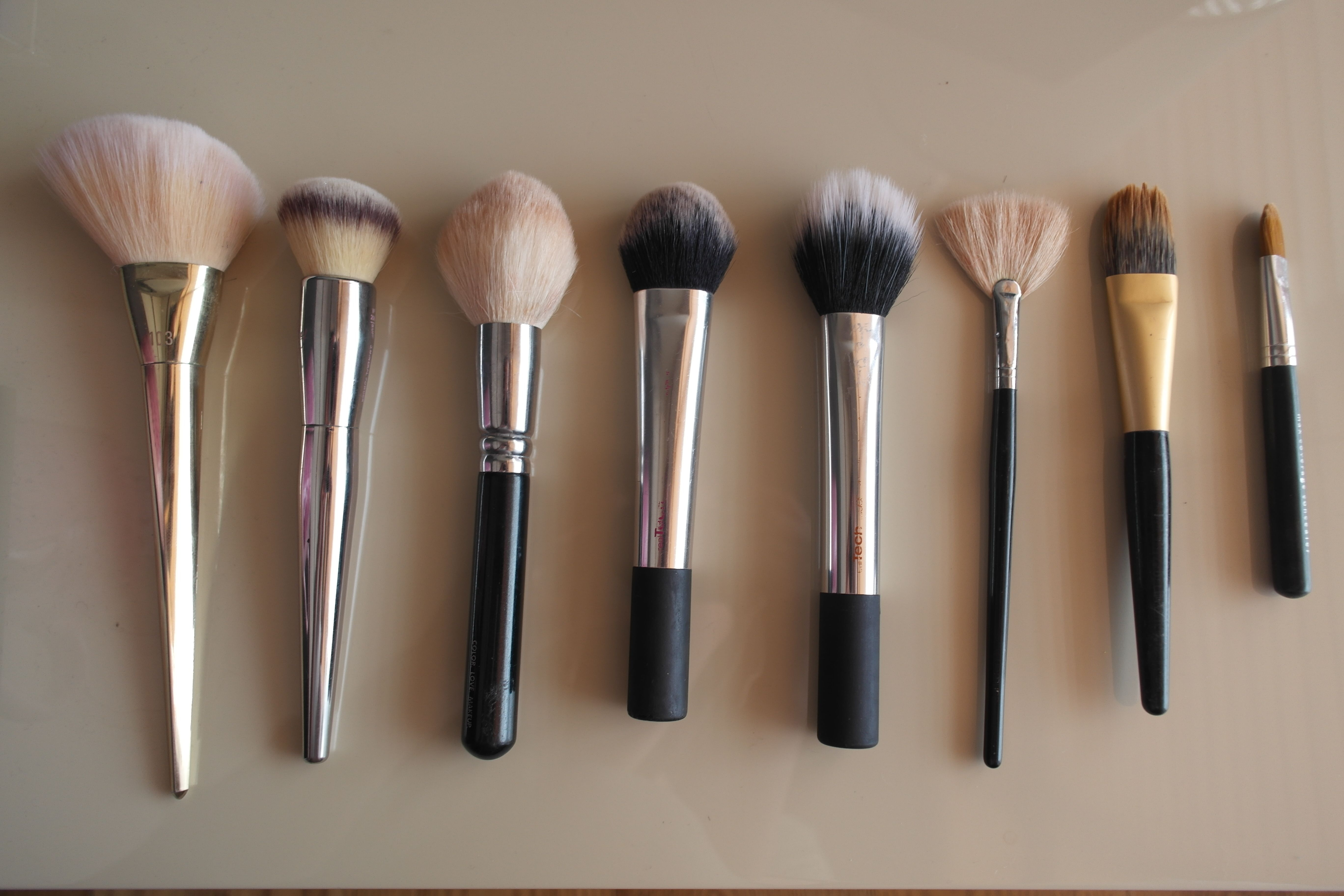A Pro Guide to Makeup Brushes For The Face { How To Know