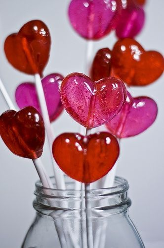 CEntro de mesa con chupetes de corazón sencillo, y súper decorativo. #DecoracionAmorYAmistad