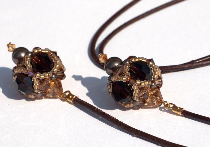 """Modell """"Baumelkette mit Bommeln""""    Eine schöne lange Kette aus einem braunen Lederband und drei geperlten Perlen (beaded beads).    Jeder einzelne..."""