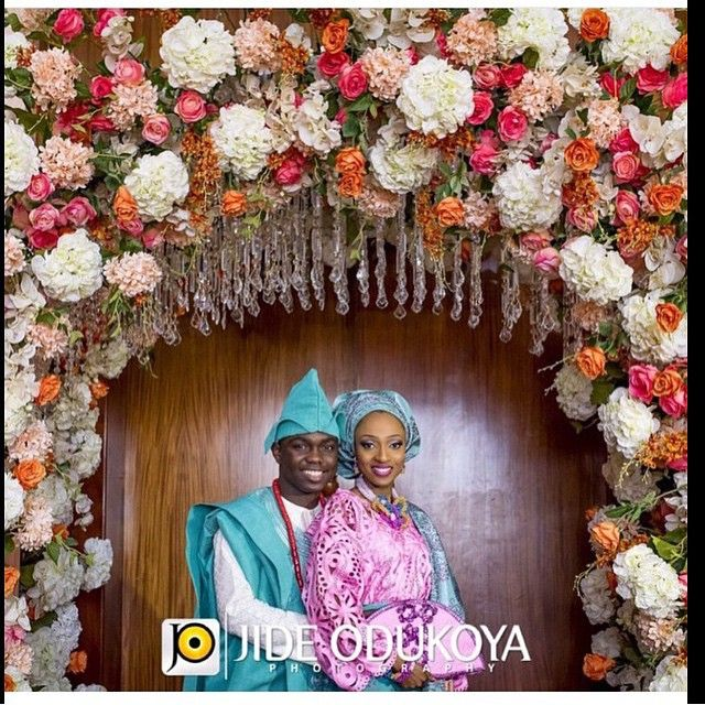 What a flower arch! ❤️ bride: @freshestjewel | decor: @victoria_f_events | photo: @jideodukoyaphotography | planner: @2706events | aso oke: @molbaks_alasooke | makeup: @banksbmpro | #BellaNaijaWeddings