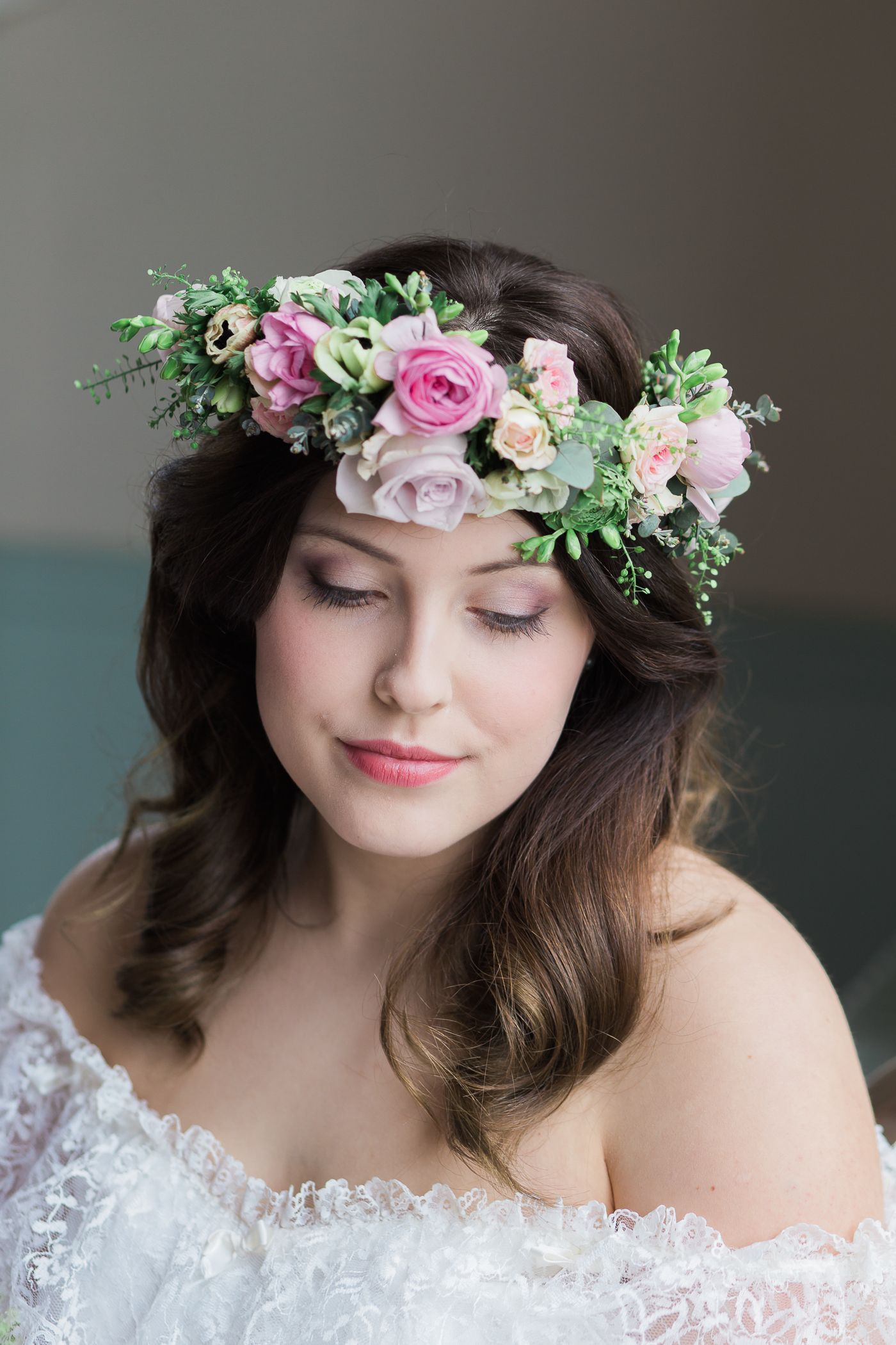 Bride with fresh flower crown and lace dress weddingcrowns bride with fresh flower crown and lace dress weddingcrowns izmirmasajfo
