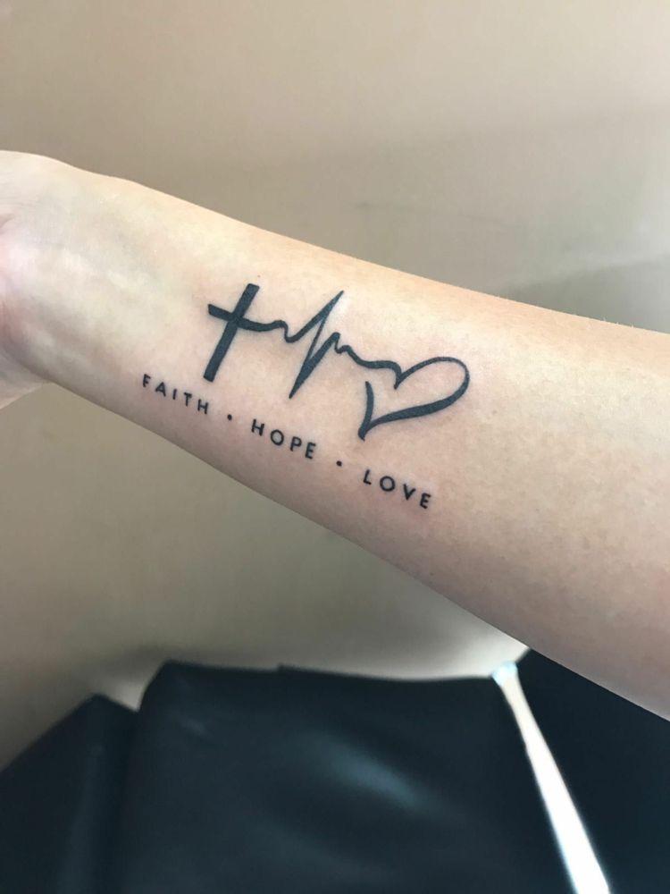 Glaube Liebe Hoffnung Tattoo – Bedeutung & vielfältige Tattoo Designs für Männer und Frauen #tatoo #tattoobewertung #zeichen #kreuz #tattooideen #anker #symbol #tattoodesigns #faith #ankertattoo