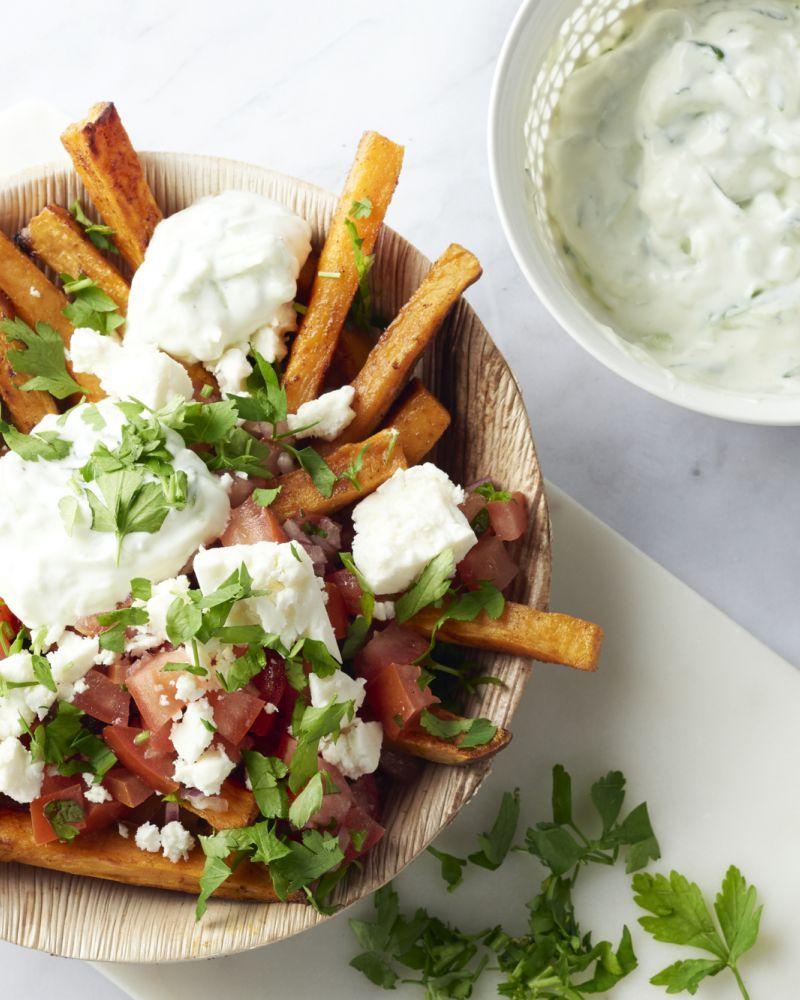 Deze Mediterraanse street food frietjes zijn geïnspireerd op de zalige frietjes bomvol groenten en sausjes die je op straat kan kopen in Zuiderse landen.