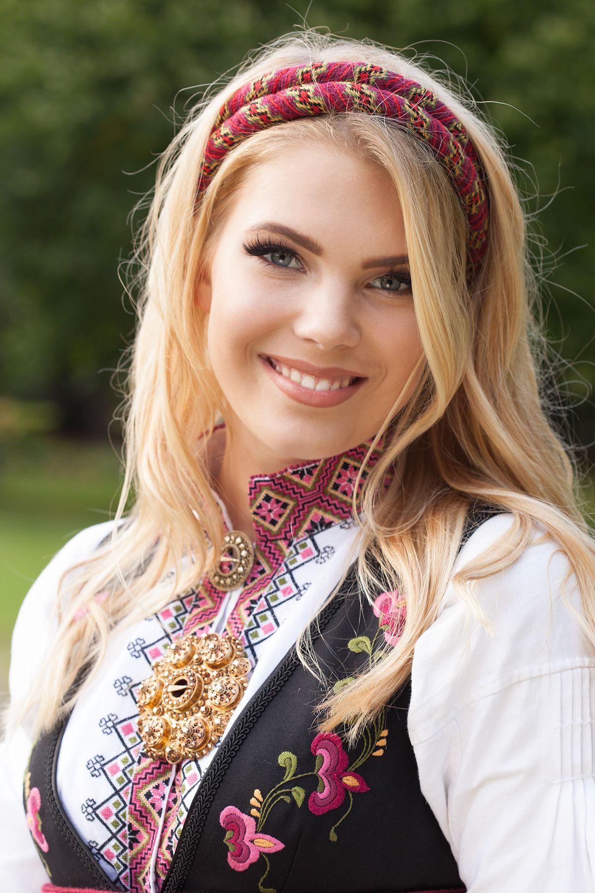norwegian-blondes-rekha-show-pussy