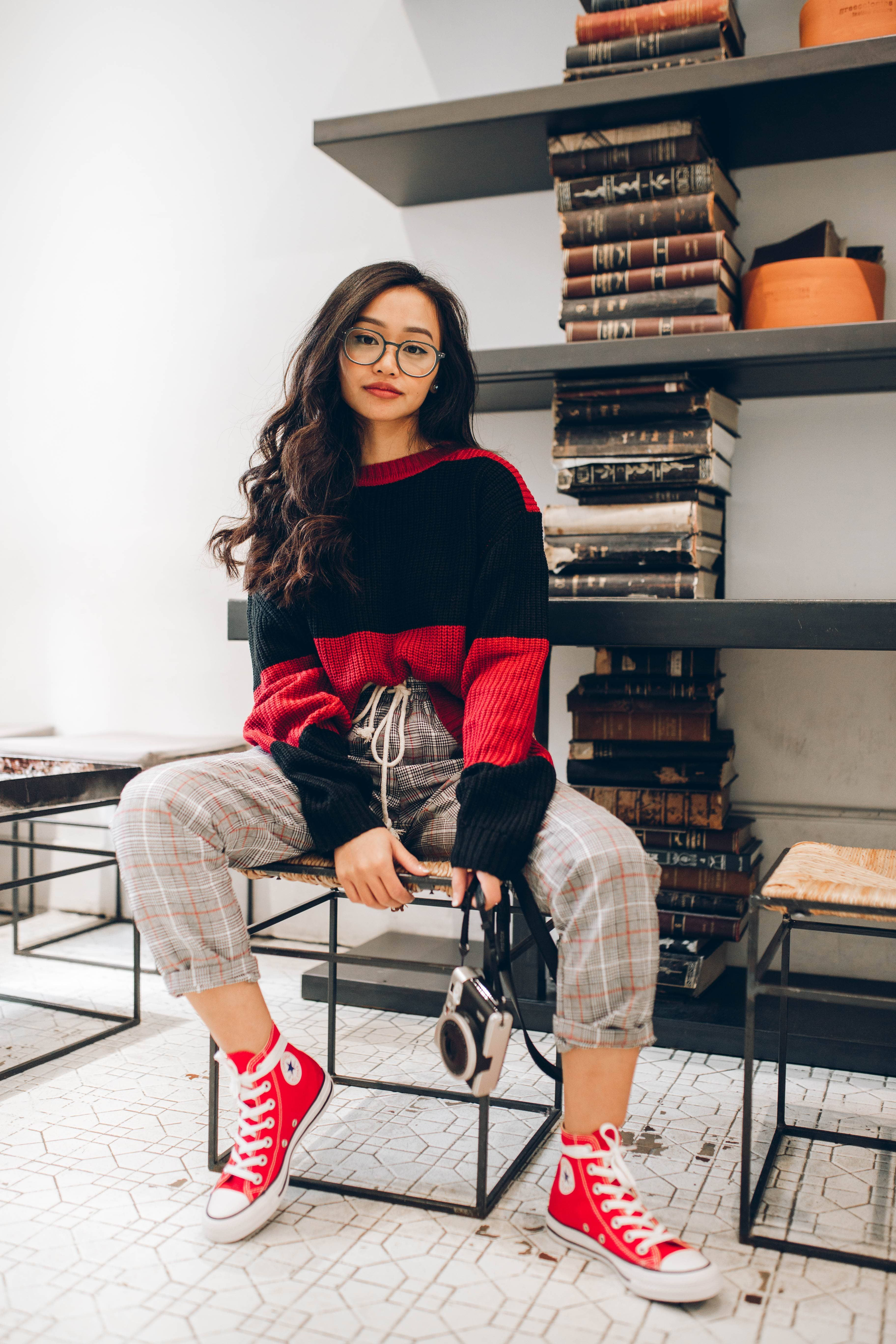 Óxido Canadá Mula  Hang Nguyen makes red Chuck Taylor All Stars look good. #ForeverChuck  #ConverseStyle | Red converse outfit, Red outfit casual, Red outfit