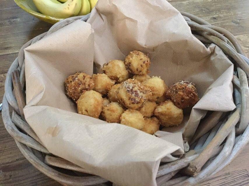le polpettine di ceci sono un secondo piatto sfizioso e ricco di proteine vegetali adatto anche ai bimbi che di legumi non ne vogliono sapere
