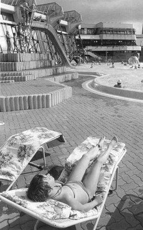 Berlin, SEZ, Frau in Sonnenstuhl, Schwimmbecken