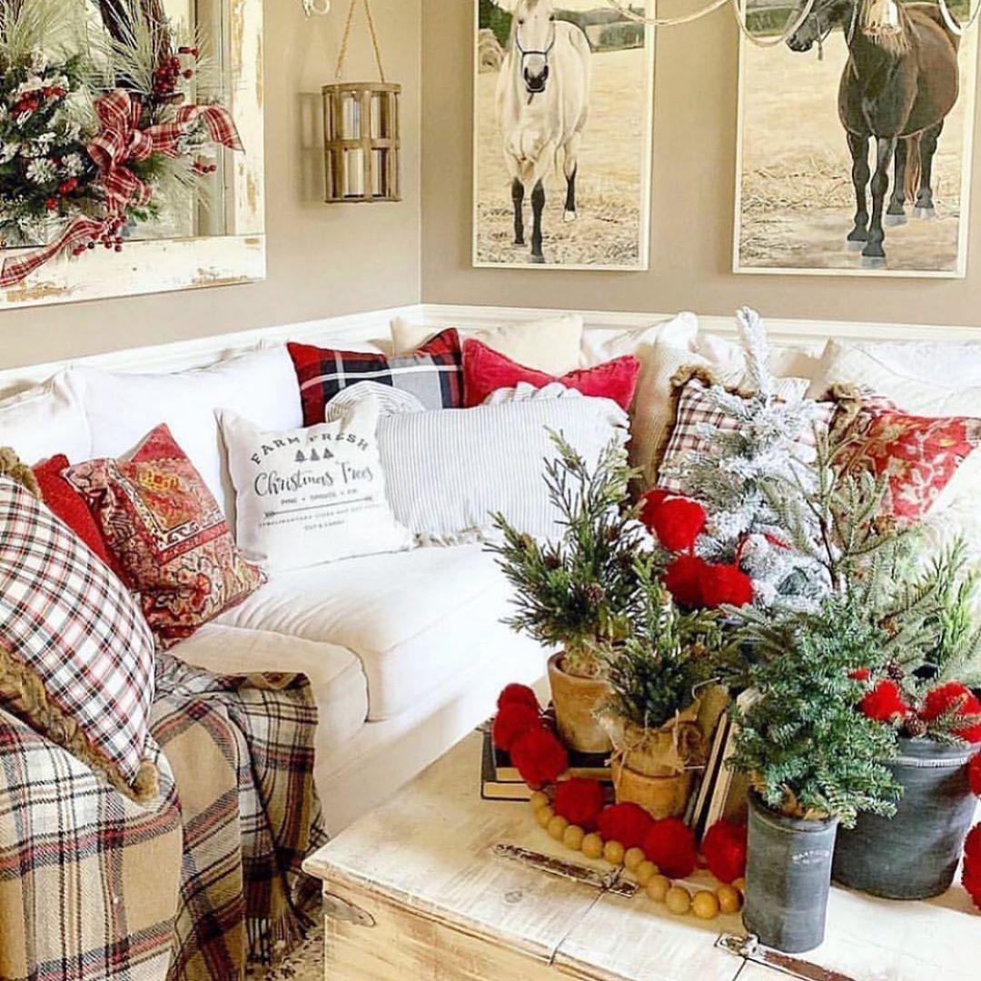 40 Christmas Spirit Decoration Ideas 2020 Page 8 Of 38 Newyearlights Com Cozy Christmas Living Room Christmas Living Rooms Christmas Decorations Living Room