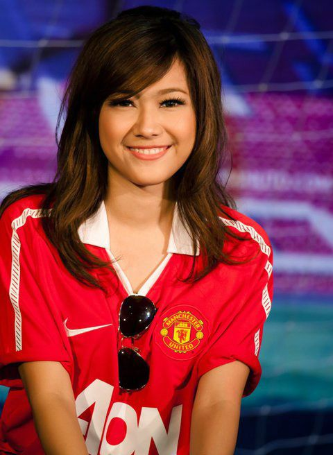 Manchester united female celebrity fan sign