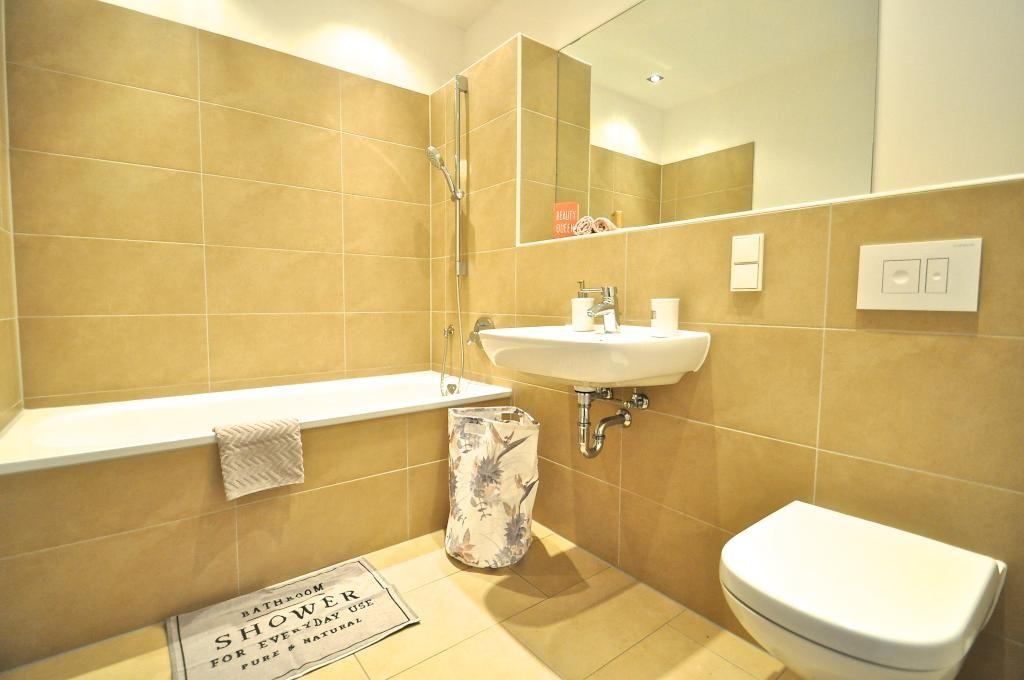Schöne Einrichtungsidee in warmen Farben Große Badewanne und großer