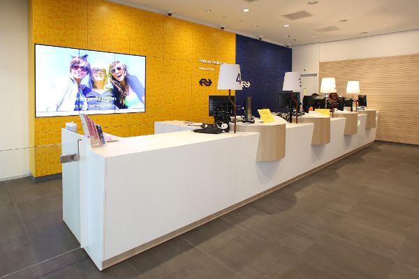 Bij de nieuwe hoofdingang van Amsterdam Cent… | Projectinrichting by ...