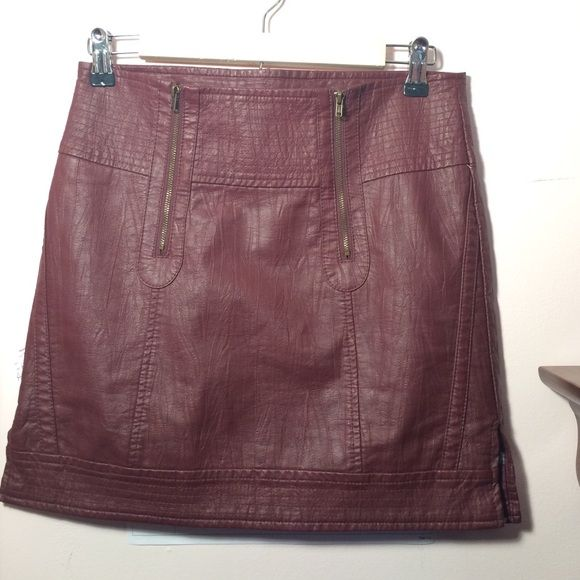 XS Skirt Perfect condition. Size XS. Good for a small or medium as well. Absolutely beautiful color like a maroon. 40% polyurethane / 60% viscose shell and the lining is 100% polyester. Tulle Skirts