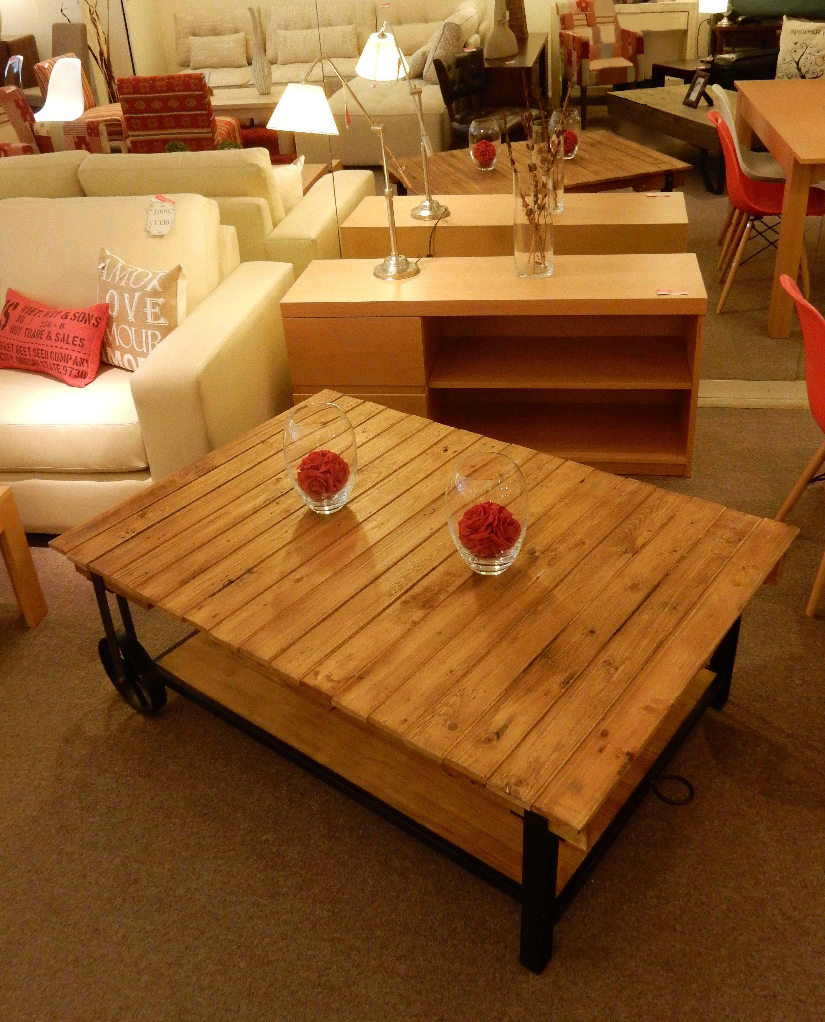 Mesa de living en madera y hierro con estante y ruedas. Medidas: 130 ...