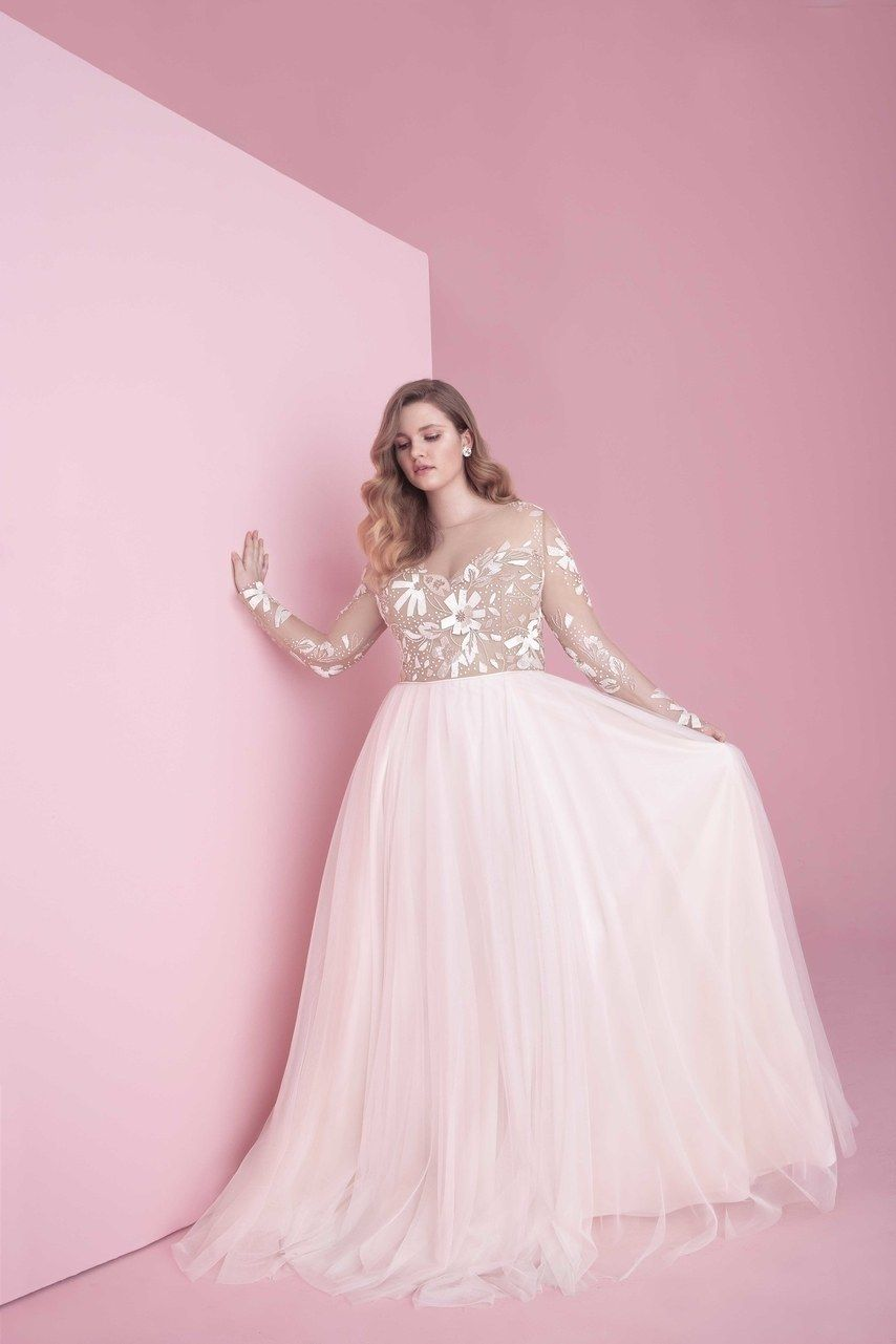 20 Plus Size Wedding Dresses To Flatter And Flaunt Your Curves Wedding Dresses Plus Size Wedding Dresses Vintage Plus Size Wedding [ 1281 x 854 Pixel ]