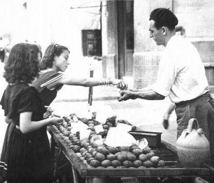 Vendedor de Higos Chumbos en Málaga. Debido al gran número de espinas que había  en su piel, el vendedor los pelaba antes de  servirlos.