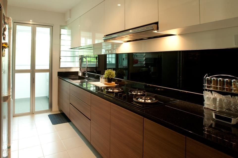 Kitchen color scheme white top and brown bottom black for Brown and black kitchen designs