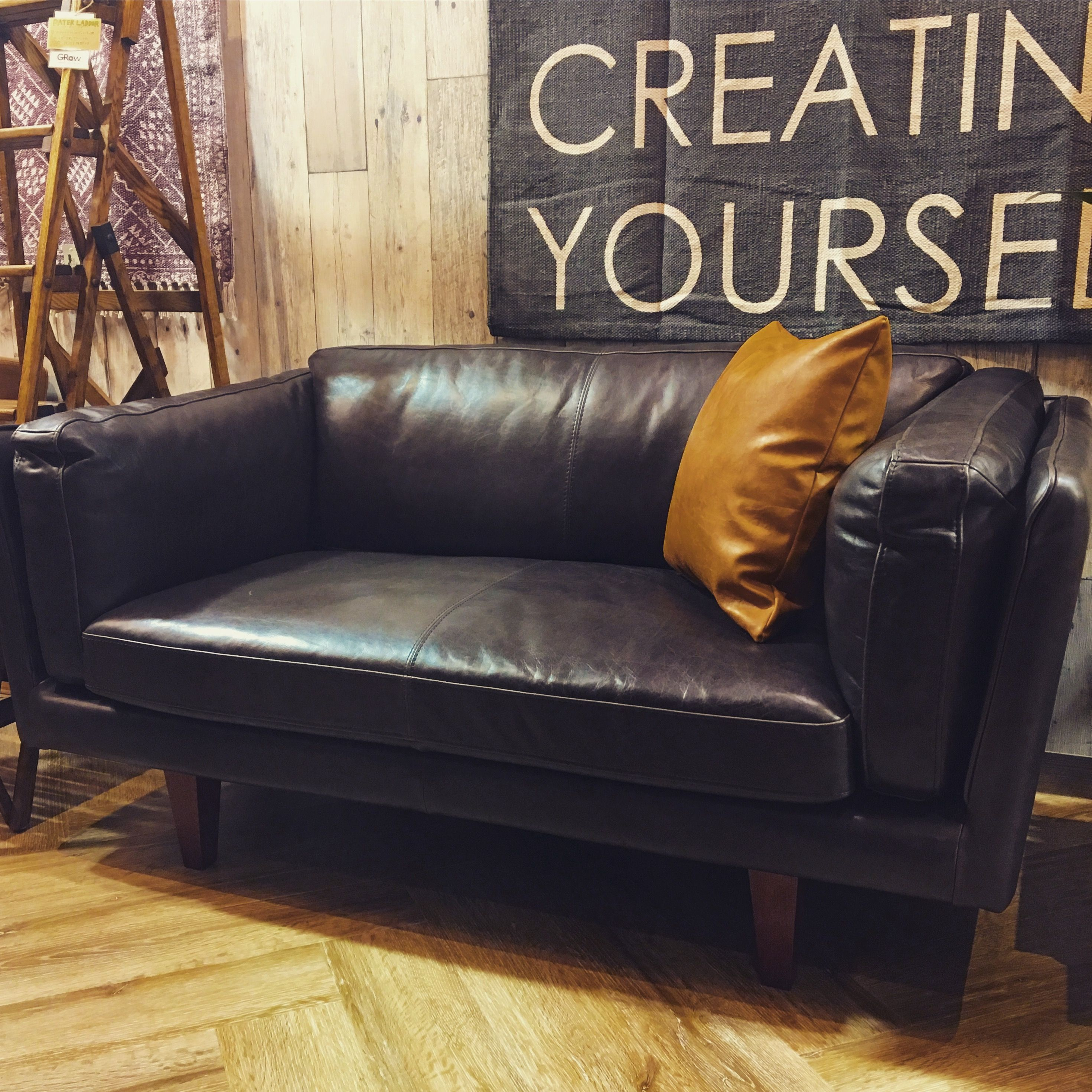 ビンテージ感のある佇まいと風合いのソファ ゆったり余裕を持たせて革を張りこむことで 包み込まれるような座り心地に仕上がっています 脚が高いのでお掃除も行いやすく レザーは使い込むことで風合いが増すのも特徴の1つです ソファ お掃除 ゆったり