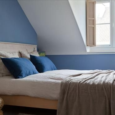 Chambre Bleue Mansardée De Style Scandinave. Beau Bleu