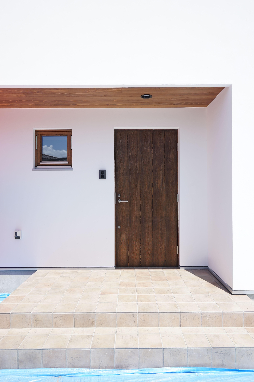 モリハウジング 十王の家 K様邸 木の玄関ドア 漆喰と木はやっぱり合い