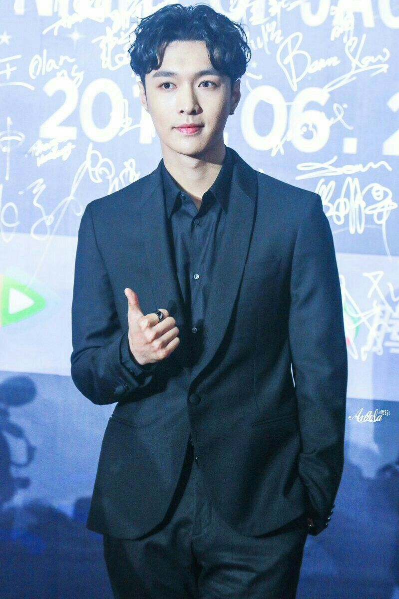 Lay.. Come back to Korea, you're more then welcome here. We will treat you how you're supposed to be treated. :( Like an angel..