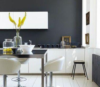 Une peinture gris anthracite dans une cuisine blanche