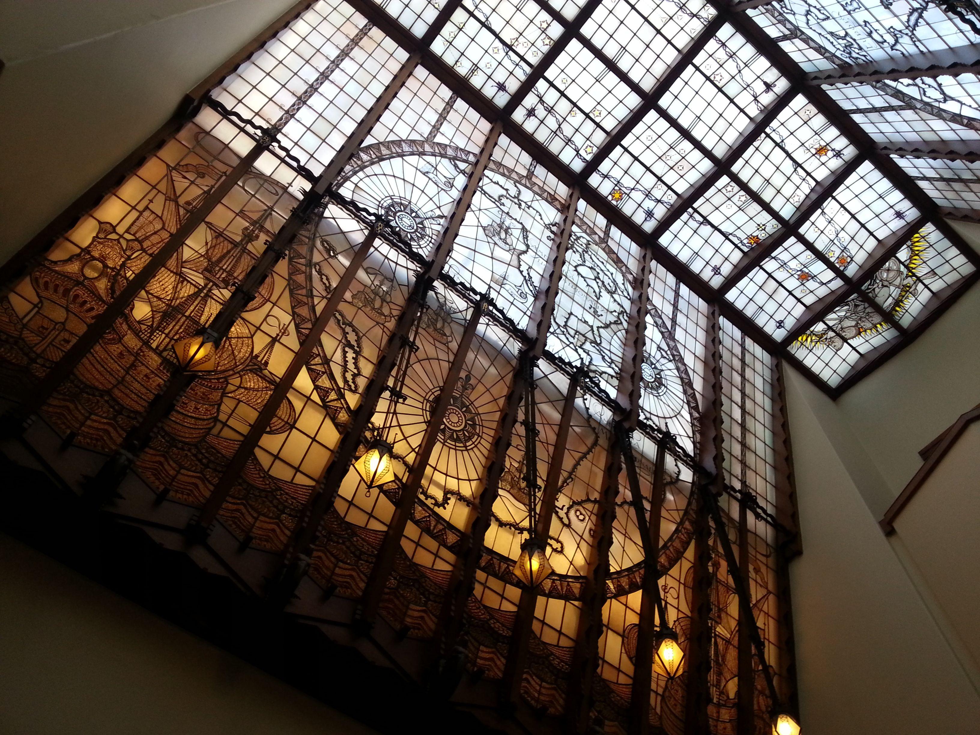 Glas in lood ramen in het trappenhuis ro/ez groningen. gebouw in ...