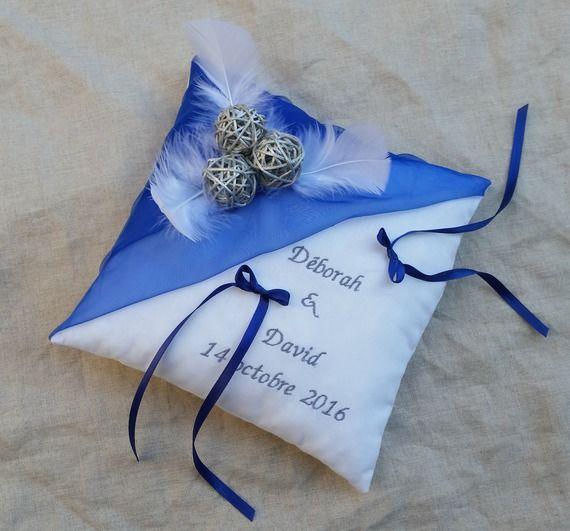 Coussin alliance mariage bleu roi et blanc décor plumes et boules rotin  argent, prénoms brodés