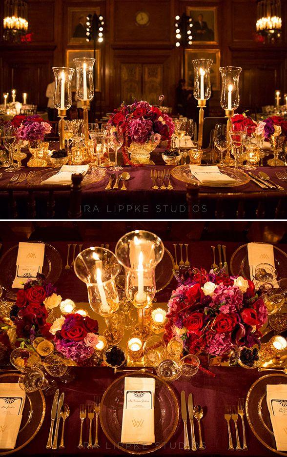 mesa decorada con manteles y flores de color vino tinto para bodas