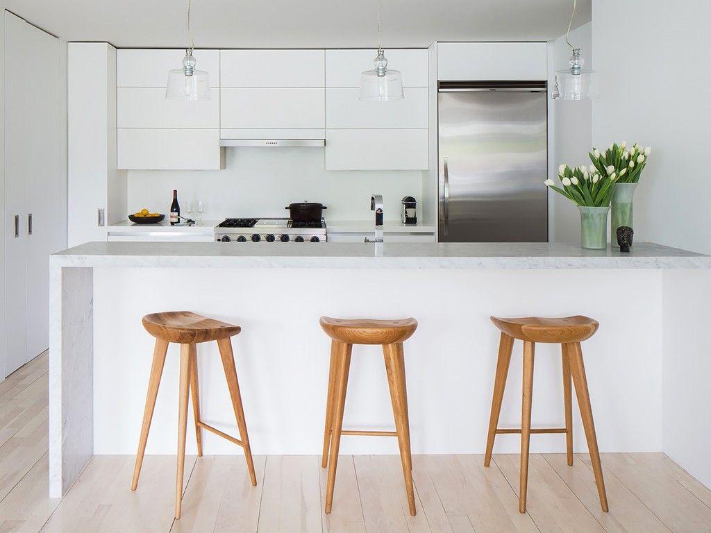 Banquetas de madeira em cozinha branca cozinha - Banquetas para isla ...