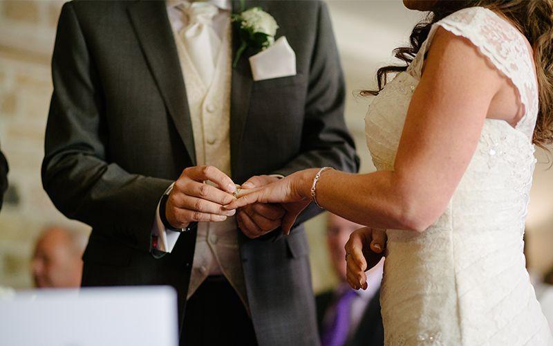 Modern, romantisch oder außergewöhnlich? Wir verraten euch die besten Hochzeitssongs für Kirche 💒, Standesamt 💍, Eröffnungstanz 💃 und Hoc...