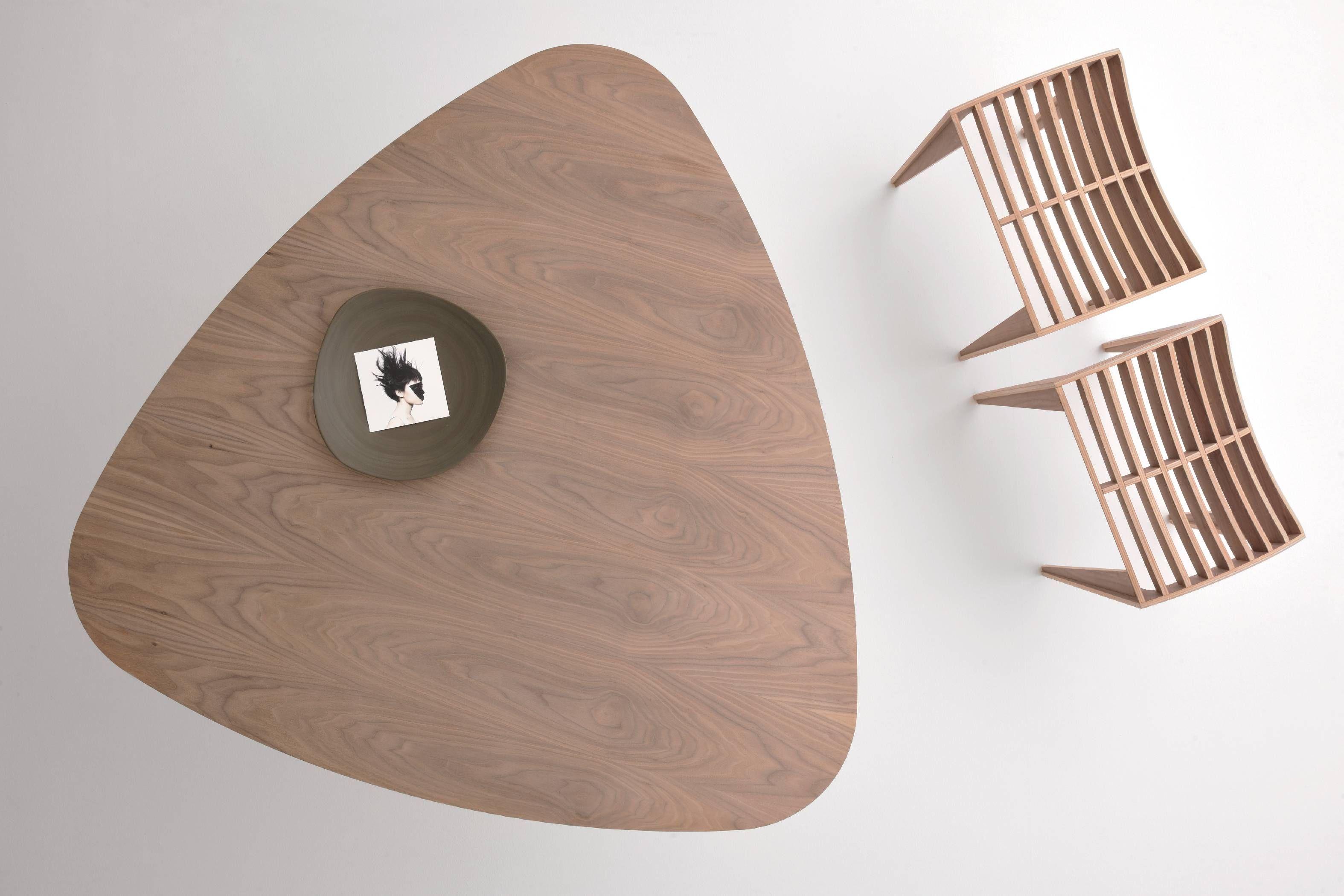 Trident tavolo triangolare in legno di noce canaletto con angoli