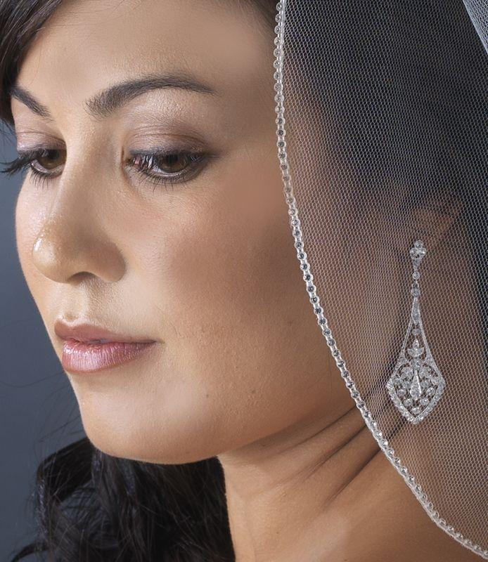 Boucles d'oreilles chandelier portée par une mariée en bijoux