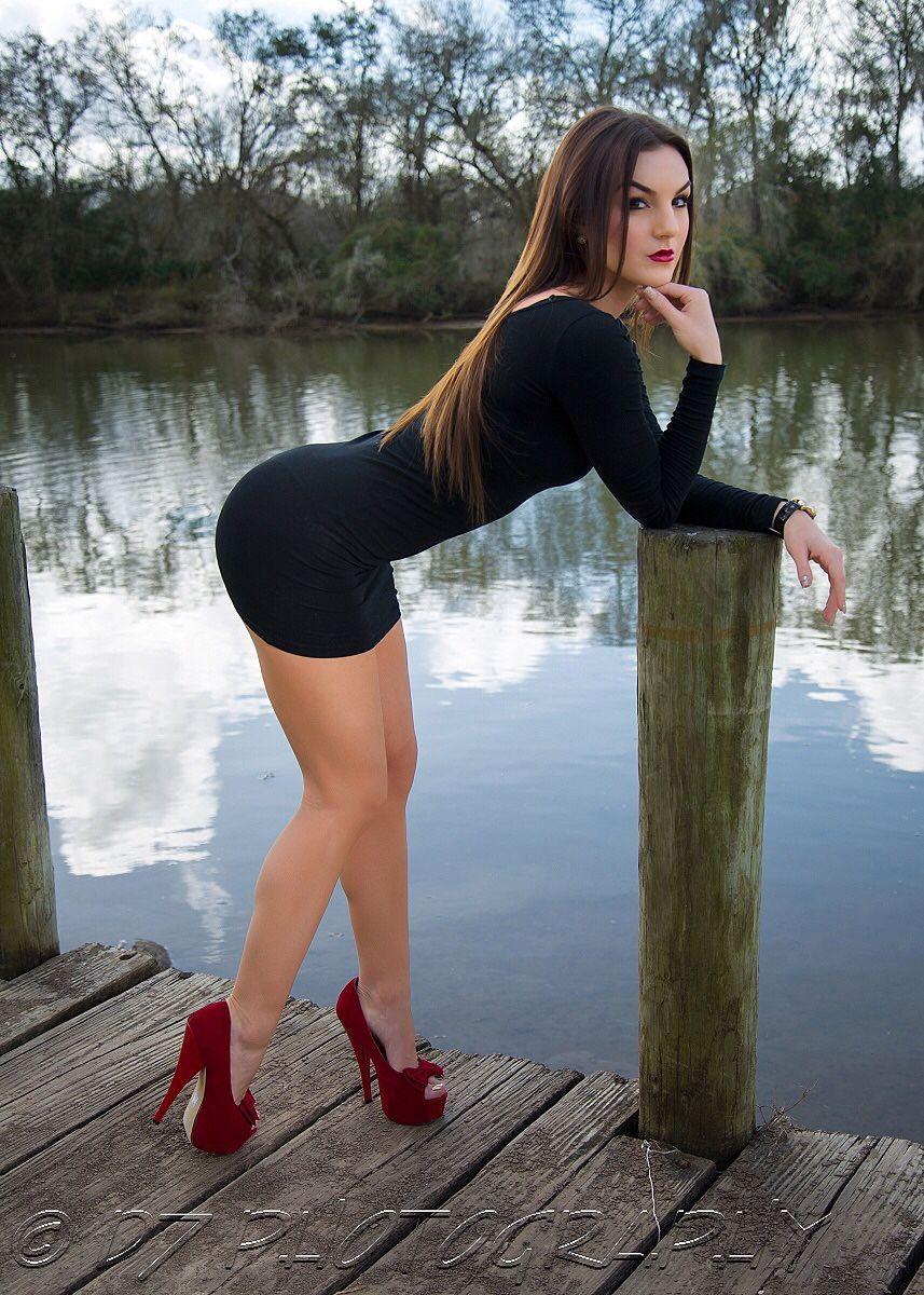Красивые женщины в обтягивающих мини юбках 2