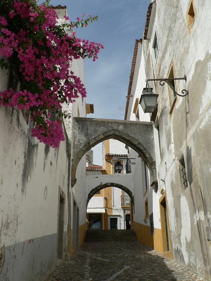 A 2000 éves múltú Evorát Portugália legszebb középkori városának tartják. http://kozelestavol.cafeblog.hu/2017/07/10/portugalia-elo-muzeuma-evora/