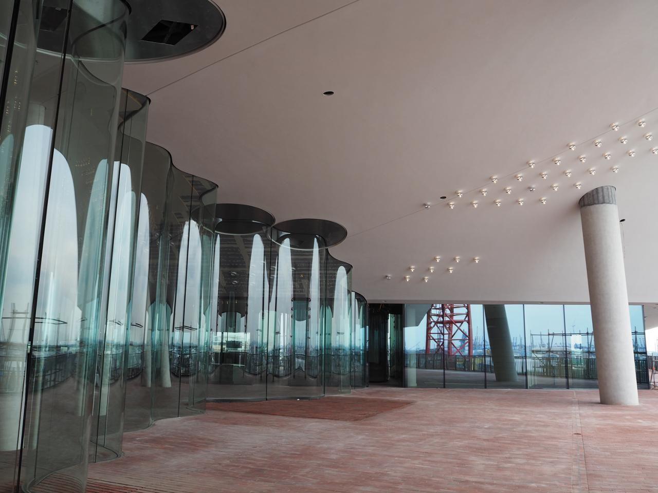 Offentliche Plaza Der Elbphilharmonie Prasentiert Sich Erstmals Ohne Geruste Architektur Hamburg Hafen Plaza Elbphilharmonie