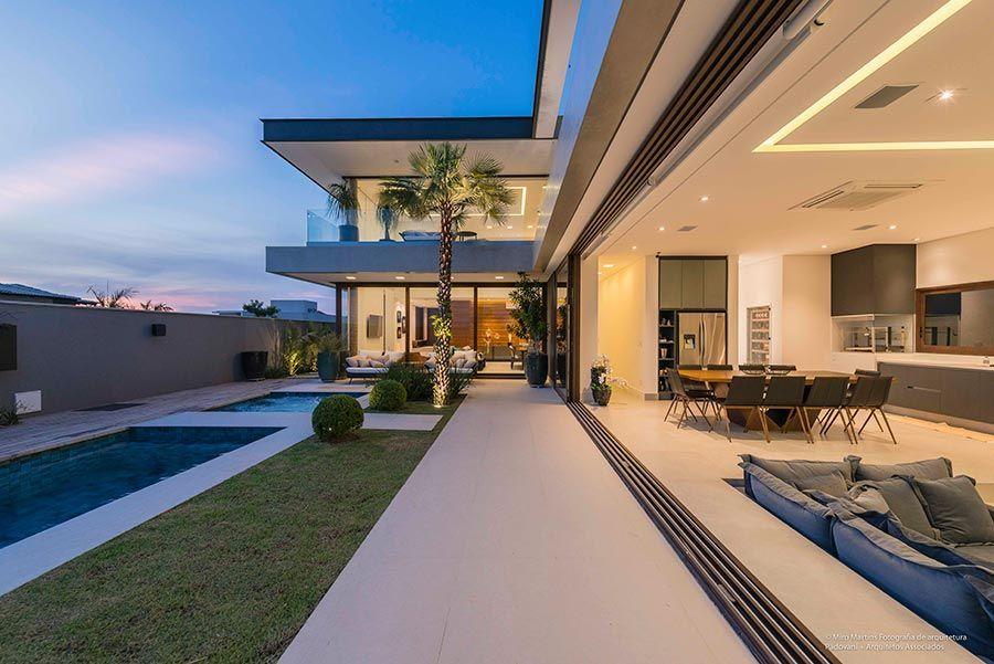 Rea interna de uma casa em l planejados e pedras for Casa home goods