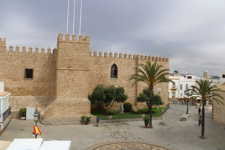 plaza lateral en una de las fachadas del castillo de Luna