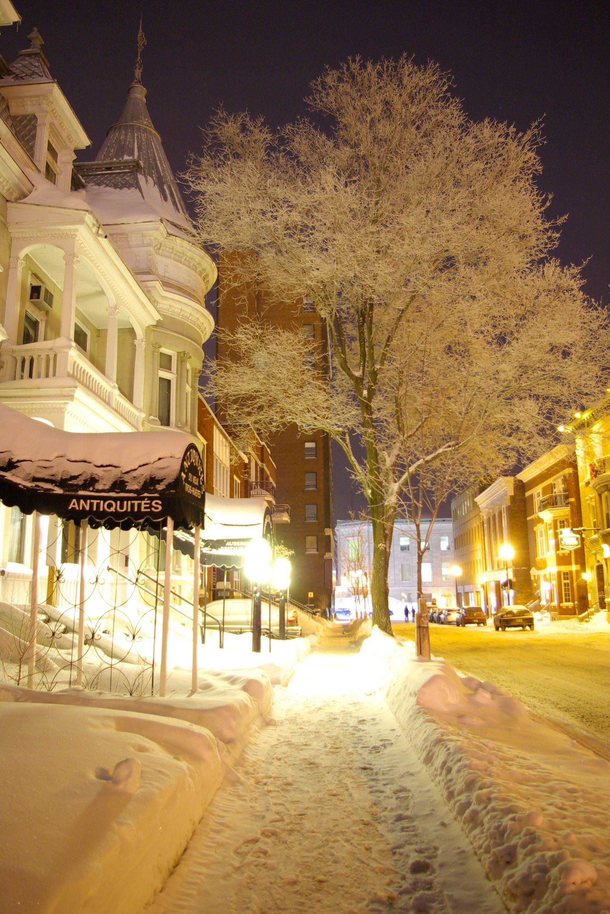 une rue enneig u00e9e du centre  snowy street downtown trois