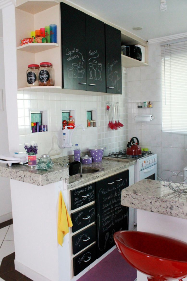 Papel contact para renovar o armário da cozinha.