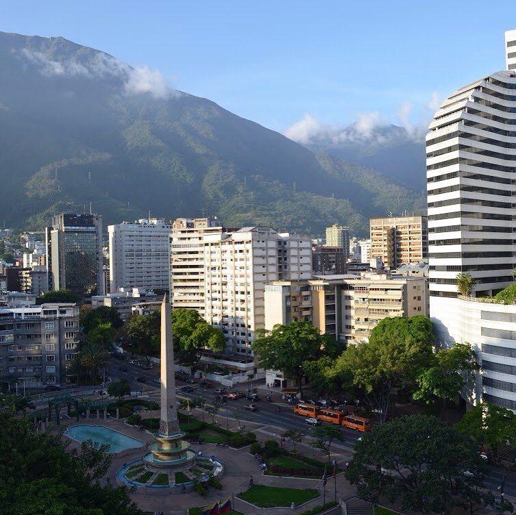 Foto de @cortezyelitze Este paisaje siempre re fortalece ver El Ávila es un pequeño gran remedio.    Nuestro país no se acaba mañana ! Al contrario tendremos mas fuerzas para la escalada y recuperar todos juntos lo que nos han arrebatado! #UnidosSomosMas #Caracas #Venezuela  #ccs #caminacaracas