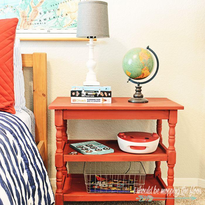 Vintage Schlafzimmer, Nachttisch in Koralle, Globus, Bücher - schlafzimmer einrichtung nachttischlampe