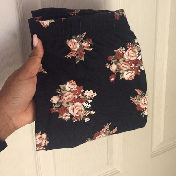 Floral leggings Beautiful floral leggings from forever 21! Slightly faded which has impacted pricing! Forever 21 Pants Leggings