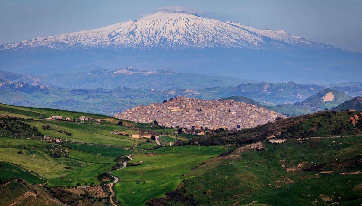 Il della Sicilia che regala le case a chi si