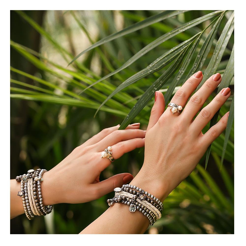 DOUBLE ✨  Aqui a repetição do mix de pulseiras e do anel vem pra trazer equilíbrio ao sem exageros. Você usaria?!