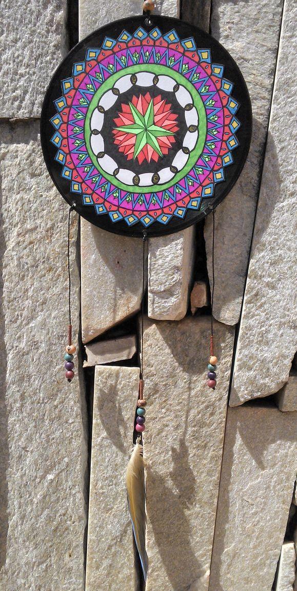 Mandala desenhada em papel com canetas coloridas colada sobre disco de vinil. Peça unica. Tamanho 17,5x17,5cm.