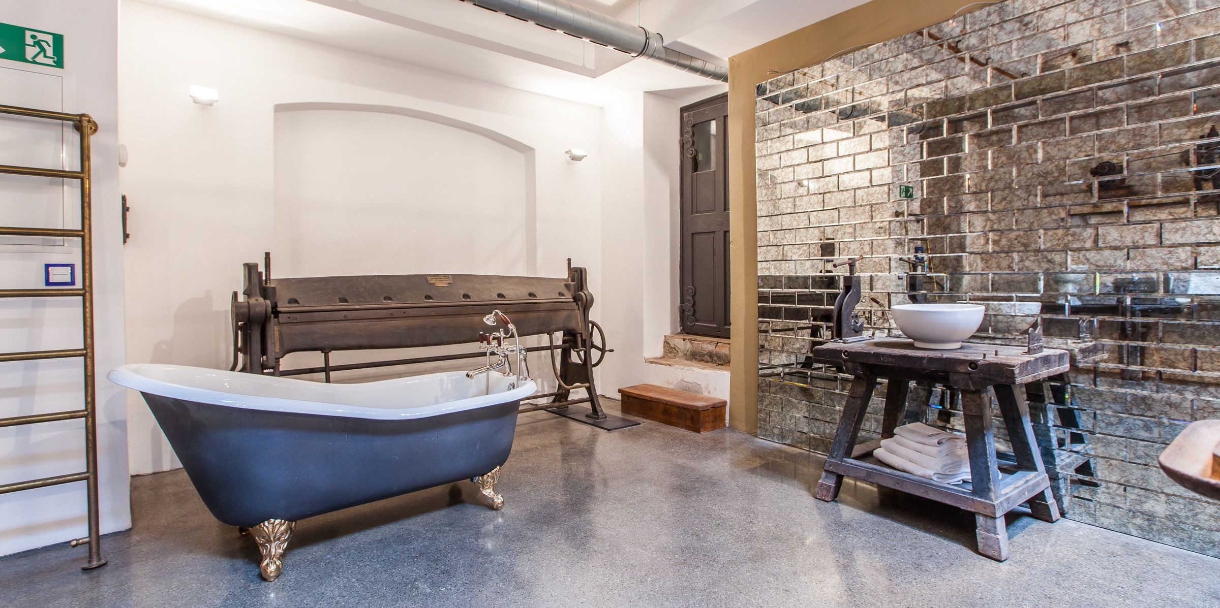 Ein Echter Blickfang In Diesem Badezimmer Welches Im Industriedesign Eingerichtet Wurde Ist Die Freistehende Badewa Traditionelle Bader Bad Design Badezimmer