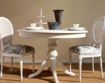 mesa comedor clasica blanca con sillas blancas