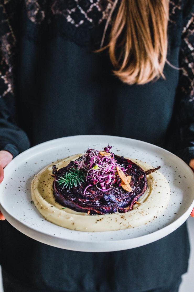 Rotkohl-Steaks mit Misobutter & Knoblauchchips · Eat this! Foodblog • Vegane Rezepte • Stories