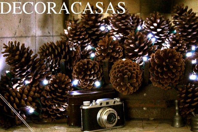 Ideia de decoração de Natal: lareira completa com várias pinhas adornadas com luzes de led.