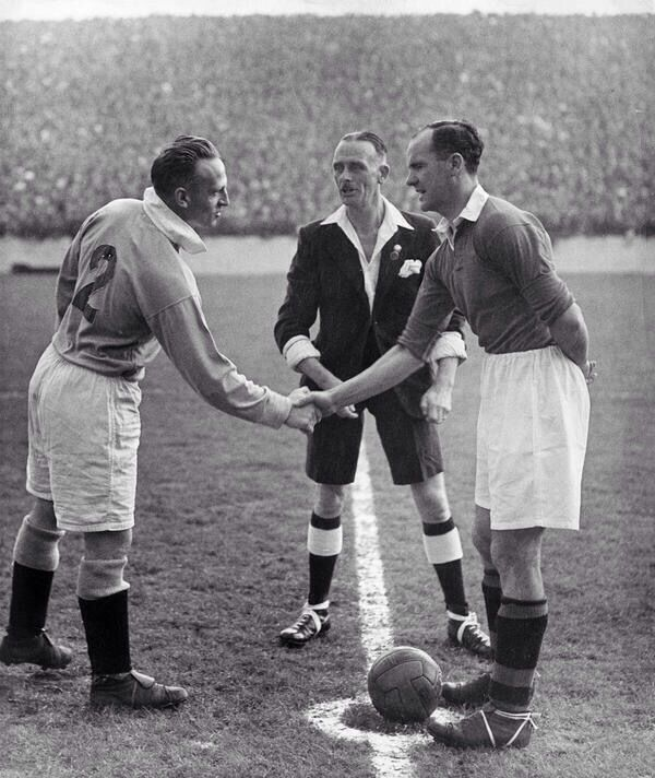 #Manchester City v Manchester United 1947 at Maine Road in front of 71,364 fans. Stylish referee!